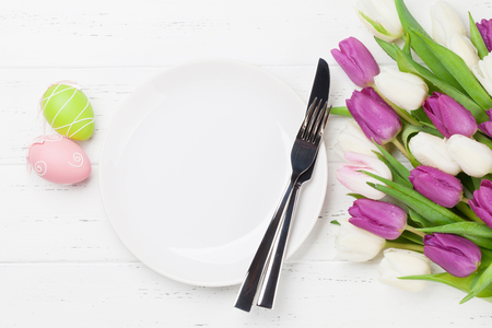 Photo pour Easter greeting card with tulip flowers bouquet and easter eggs. Top view over white wooden table with space for your greetings - image libre de droit