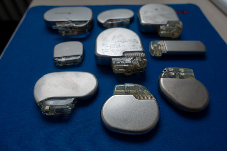 Foto de various explanted pacemakers and defibrillators and event recorders - Imagen libre de derechos