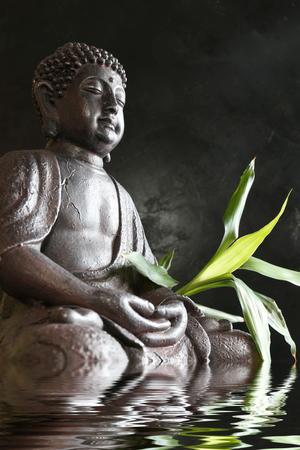 Foto de Buddha in meditation with bamboo and water - Imagen libre de derechos