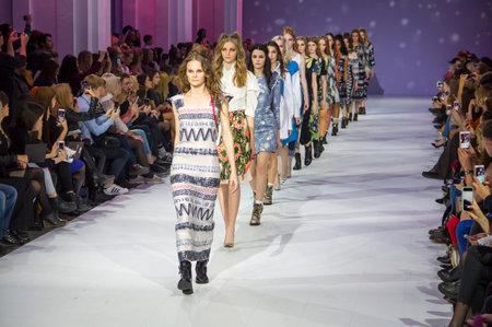 Foto de KYIV, UKRAINE - OCTOBER 16, 2016: Models walk the runway at Alena Serebrova collection show during the 39th Ukrainian Fashion Week at Mystetsky Arsenal in Kyiv - Imagen libre de derechos
