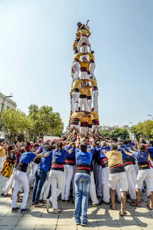 Photo pour BADALONA, SPAIN - SEPTEMBER 11, 2014: Some unidentified people called Castellers do a Castell or Human Tower, typical tradition in Catalonia. Celebrating National Day the Catalan National - image libre de droit