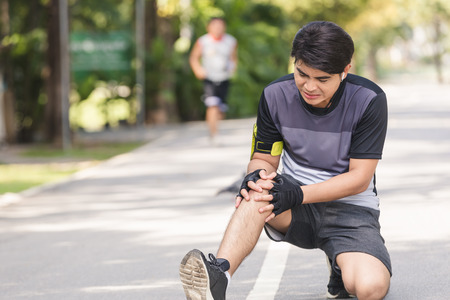 Photo pour Asian young sport man knee injury from jogging - image libre de droit