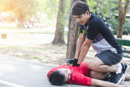 Foto de CPR with people with a heart attack in park - Imagen libre de derechos