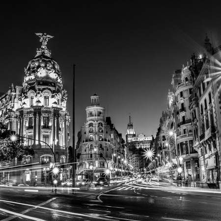 Photo pour Rays of traffic lights on Gran via street, main shopping street in Madrid at night  Spain, Europe  - image libre de droit