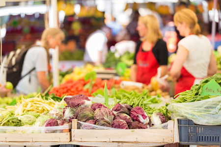 Photo pour Farmers\' market stall with variety of organic vegetable. - image libre de droit