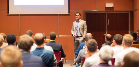 Foto de Speaker Giving a Talk at Business Meeting. Audience in the conference hall. Business and Entrepreneurship concept. - Imagen libre de derechos