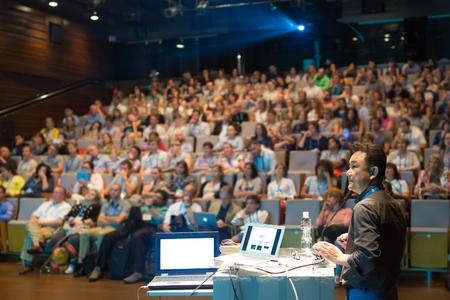Foto de Speaker giving a talk on scientific conference. Audience at the conference hall. Business and Entrepreneurship event. - Imagen libre de derechos