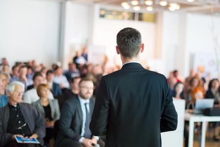 Foto de Speaker giving a talk on corporate Business Conference. Audience at the conference hall. Business and Entrepreneurship event. - Imagen libre de derechos