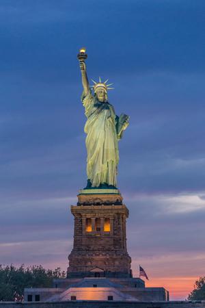 Foto de Statue of Liberty at dusk, New York City, USA. - Imagen libre de derechos