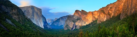 Photo pour Panorama of the Yosemite Valley at Sunset, as seen from Tunnel View. - image libre de droit