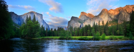 Photo pour Panorama of the Yosemite Valley (El Capitan, Cathedral Rocks, Bridalviel Falls) at the Merced River. - image libre de droit