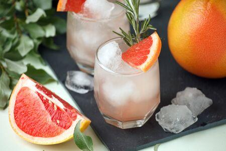 Foto de Grapefruit and rosemary gin cocktail, refreshing drink with ice, summer time, resort bar cart menu concept - Imagen libre de derechos