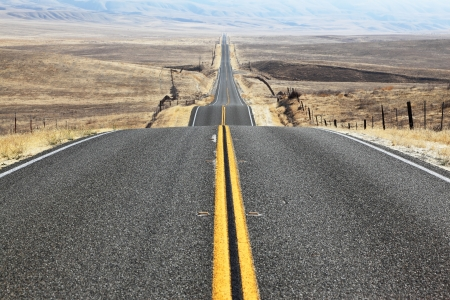 Photo pour The road goes the distance  Perfectly smooth highway across the endless desert - image libre de droit