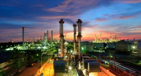 Photo pour Oil refinery at twilight - image libre de droit