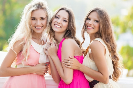 Foto de Portrait of a group of beautiful young female friends laughing - Imagen libre de derechos