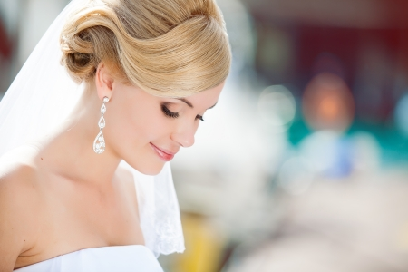 Photo pour Beautiful bride outdoors - soft focus - image libre de droit