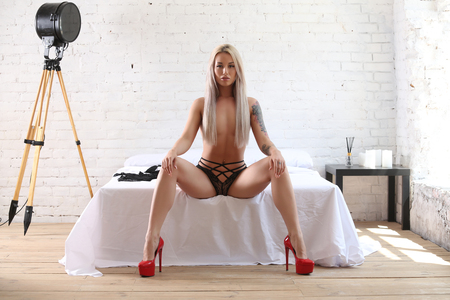 Photo pour Naked model in red heels. Photographie retouchee - image libre de droit