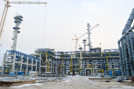 Photo pour Construction of a new oil refinery, petrochemical plant with the help of large building cranes. Construction of a new process unit. - image libre de droit