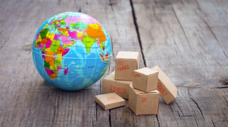 Photo pour Miniature globe and boxes on wooden background - image libre de droit