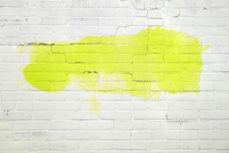 Foto de White brick wall with empty yellow painting or graffiti - Imagen libre de derechos
