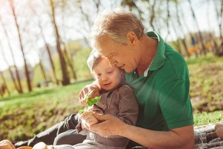 Foto de Man with granddaughter exploring plant - Imagen libre de derechos