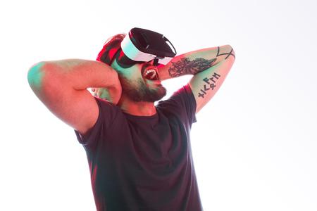 Foto de Screaming man in VR glasses covering ears - Imagen libre de derechos