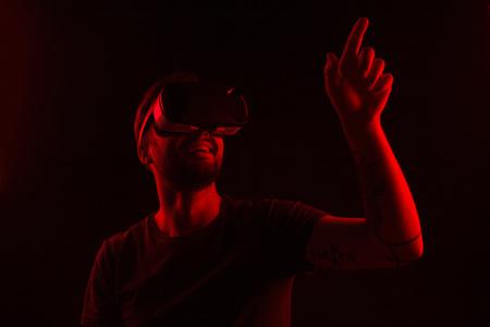 Foto de Man with virtual reality glasses pointing up - Imagen libre de derechos