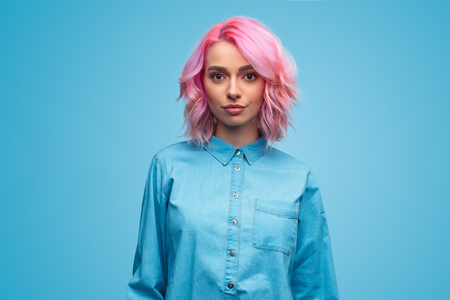 Photo pour Modern millennial woman with pink hair - image libre de droit