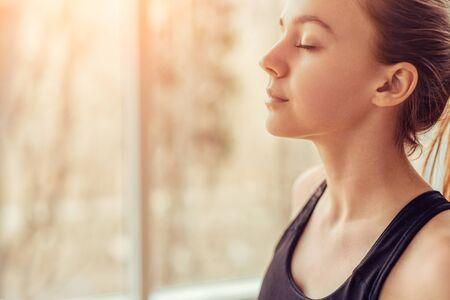 Photo pour Young woman doing breathing exercise - image libre de droit