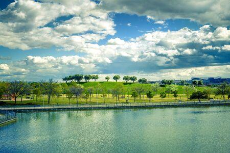 Foto de landscape of green park wiht  a lake in Madrid city - Imagen libre de derechos