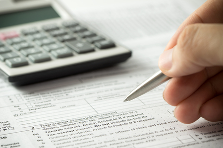 Photo pour US individual income tax return form with pen and calculator - image libre de droit