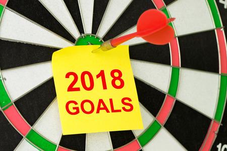 Photo pour Setting 2018 goals concept using the sticky note and dart - image libre de droit