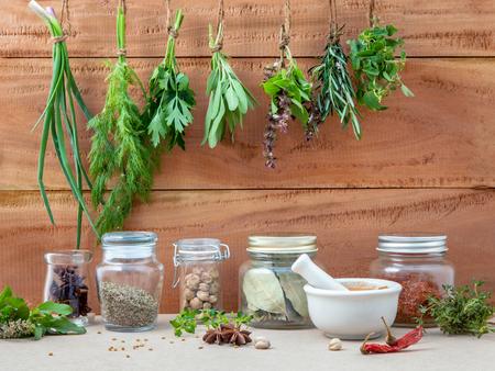 Photo pour Assorted hanging herb - image libre de droit