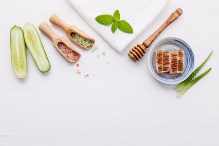 Photo pour Top view ingredients cucumber and aloe vera gel on table - image libre de droit