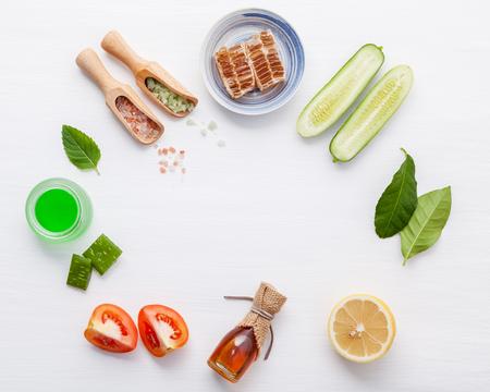 Photo pour Top view ingredients cucumber ,aloe vera ,lemon ,honey ,himalayan salt and tomato on table - image libre de droit