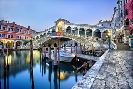 Foto de Morning twilight Grand canal and Rialto Bridge in Venice, Italy - Imagen libre de derechos