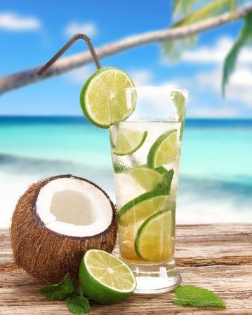 Foto de Mojito cocktail on the beach - Imagen libre de derechos
