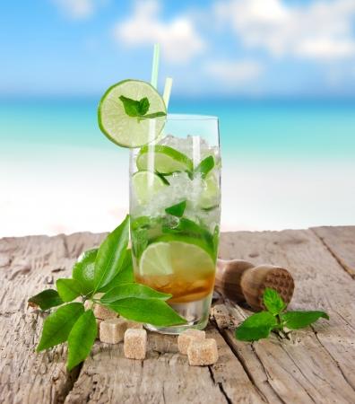 Foto de Summer drinks on sunny beach - Imagen libre de derechos
