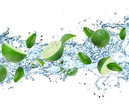 Foto de Limes and Splashing water over white - Imagen libre de derechos