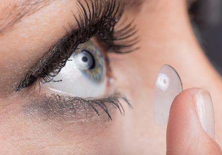 Foto de Closeup of a woman inserting a contact lens - Imagen libre de derechos