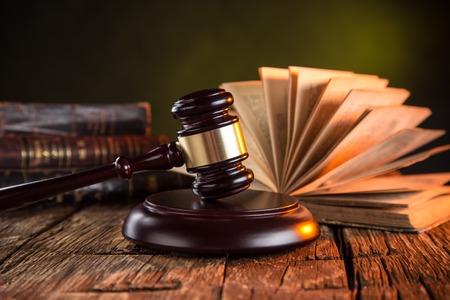 Foto de Wooden gavel and books on wooden table, law concept - Imagen libre de derechos