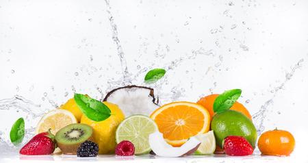 Photo pour Fresh fruit with water splash - image libre de droit