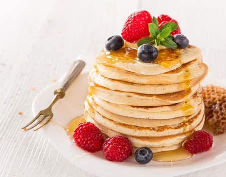 Foto de Stack of pancakes with fresh berries, close-up. - Imagen libre de derechos