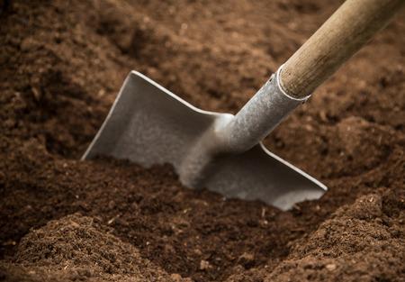 Foto de Shovel in the ground, close-up. - Imagen libre de derechos