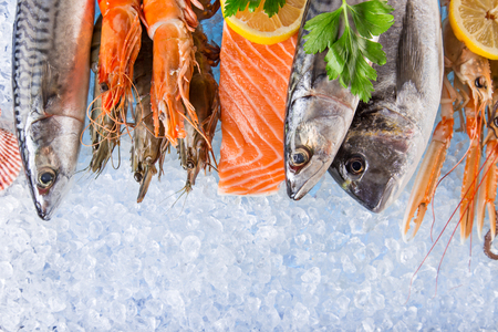 Photo pour Fresh seafood on crushed ice. - image libre de droit