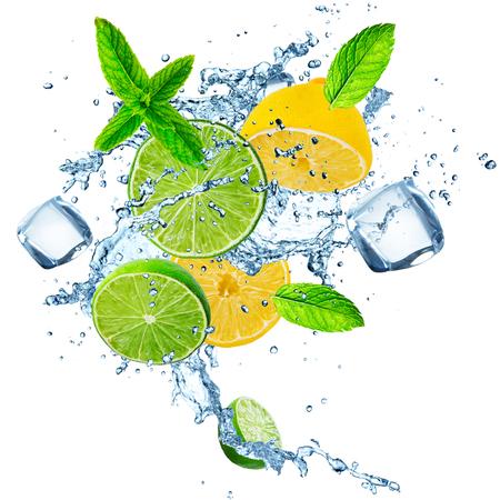 Photo pour Fresh limes and lemons with water splash. - image libre de droit