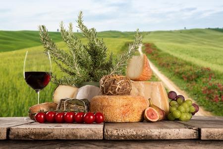 Photo pour Various types of italian cheeses - image libre de droit