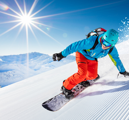 Foto de Active man snowboarder riding on slope, snowboarding closeup. - Imagen libre de derechos