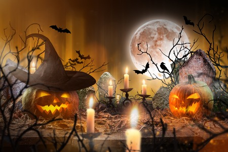 Photo pour Halloween pumpkins on wooden planks. - image libre de droit