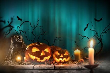 Photo pour Halloween pumpkins on wooden planks. - image libre de droit